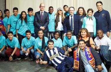 La cantante barranquillera junto al grupo de estudiantes de la Fundación Pies Descalzos en Barcelona.