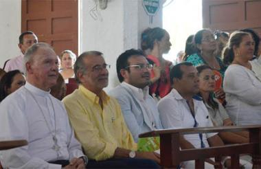 Monseñor Víctor Jaramillo; el gobernador Eduardo Verano; el secretario de Educación Dagoberto Barraza; el alcalde de Santo Tomás Luis Escorcia y la primera dama María de Escorcia.