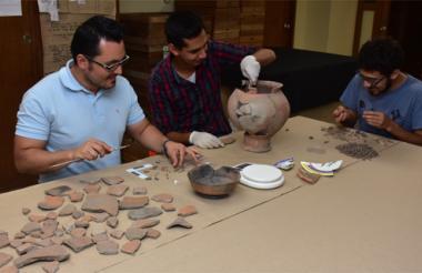 De izquierda a derecha: el arqueólogo Javier Rivera, quien lidera el estudio, junto a Leonardo Márquez y Sergio Castro, equipo que analiza la fauna.