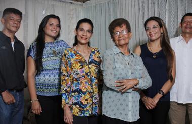 En la imagen, de izquierda a derecha: Jhonny, Adriana, Margarita, Tacia, Claudia y Francisco.