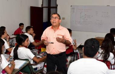 El profesor Eugenio Ortega, durante una de las clases a estudiantes de décimo grado de la Normal La Hacienda.