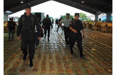 El general Óscar Naranjo, director nacional de la Policía, inspeccionó las 10,5 toneladas descubiertas el 25 de octubre de 2008.