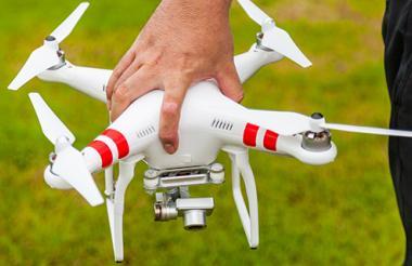 Para operar drones con fines comerciales se debe contar con una licencia de entidades acreditadas para este fin.
