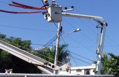 Funcionarios de Electricaribe realizan reparaciones en una de las redes de la empresa.