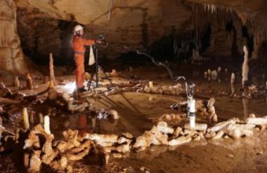 Un investigador en la gruta francesa de Bruniquel, cerca de Toulouse.