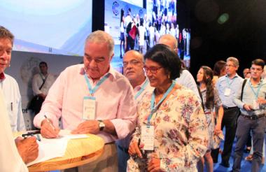 Bruce Mc Master, presidente de la Andi; Edgardo Maya Villazón, contralor General de la Nación, y Elvia Mejía, delegada de la Gobernación del Magdalena, durante la firma del pacto.