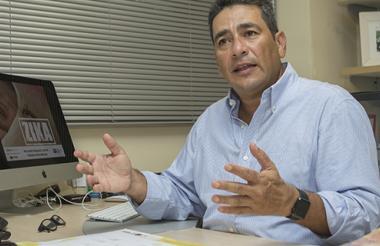 El doctor Hernando Baquero en su despacho en la Universidad del Norte.