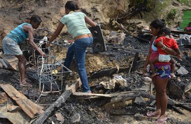 Habitantes del sector entre los escombros que dejó el incendio.