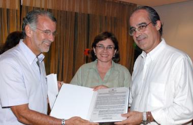 El gobernador Eduardo Verano entrego, en 2010, la medalla Puerta de Oro de Colombia a Triple A y fue recibida por Edmundo Rodríguez, presidente de la Junta Directiva.