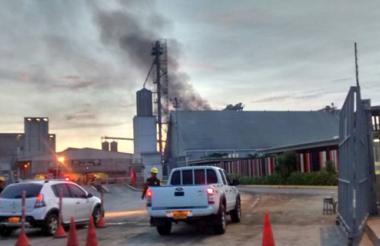 Aspecto de la columna de humo producida por las llamas.