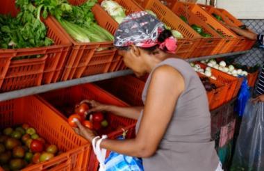 Dos personas compran en uno de los locales de la Central de Abastos del Caribe.
