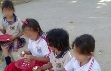Los niños de un colegio de Aguachica comen sentados en el suelo, a los menores les sirvieron huevo con mango de comida.