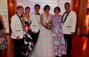 La pareja junto a sus padres Alfredo González-Rubio, Astrid Guzmán, Ana María Carbonell y José Ignacio Puche.
