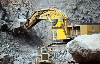Máquina extrayendo  minerales.