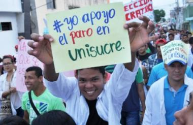 Estudiantes salieron con pancartas para pedir la salida del rector el pasado 6 de junio.