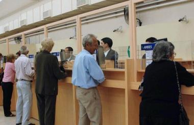 Un grupo de pensionados cobra su mesada en una entidad bancaria de la ciudad.
