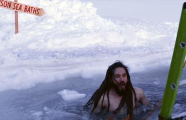 Uno de los expedicionarios en las estaciones subantárticas y antárticas australianas se da un baño en sus aguas heladas.