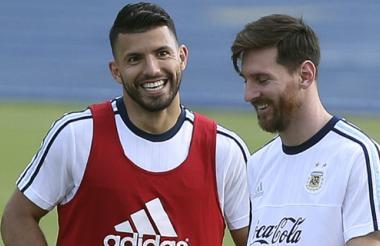 Sergio Agüero y Lionel Messi en el entreno de este lunes.