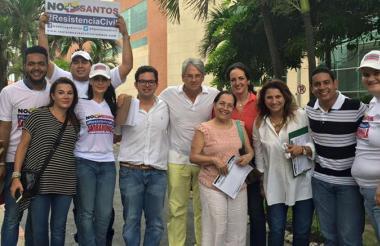 Representantes del Centro Democrático reunidos frente al Centro Comercial Buenavista, en Barranquilla.