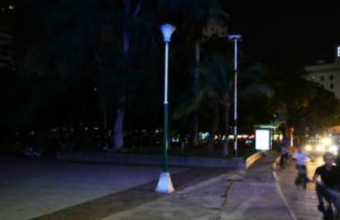 Las luminarias están dañadas desde hace 21 días, según denuncian los vecinos del parque.