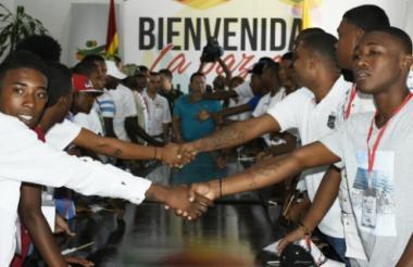 Los exintegrantes de las dos pandillas estrechan sus manos en presencia del alcalde Manolo Duque.