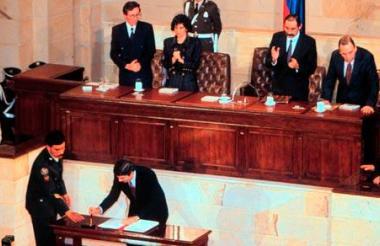Ceremonia de firma de la nueva constitución por los miembros de la Asamblea constituyente.
