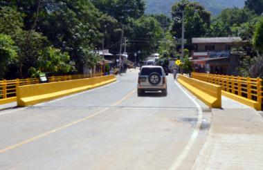 El nuevo puente de Minca es de doble carril cada uno con seis metros de ancho.