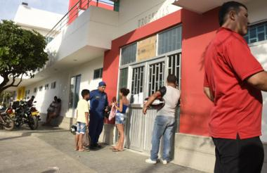 Familiares durante la espera del reporte de los médicos en el Camino El Bosque.
