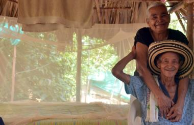 El maestro Juan 'Chuchita' Fernández con su esposa Arnulfa Mercado. Atrás, su cama donde duerme bañado de luna y se despierta con el canto de las aves del monte.