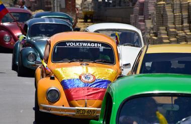 Automóviles clásicos salieron a las calles en varios puntos del norte de la ciudad para conmemorar el Día de la Independencia.