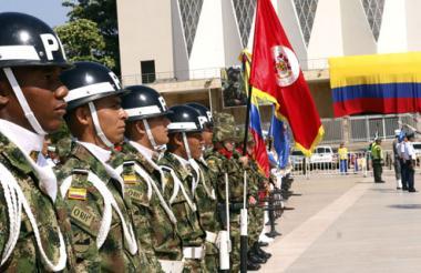 Soldados durante los actos protocolarios en la Plaza de la Paz de Barranquilla.