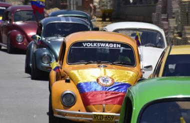 Clásicos Volkswagen lucían la bandera de Colombia durante la caravana, que recorrió ayer el norte de la ciudad hasta llegar a Pradomar.