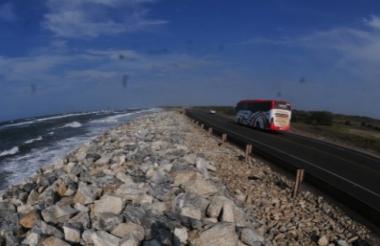 Tramo de la vía Barranquilla-Ciénaga, en el kilómetro 19, que está afectado por la erosión costera.