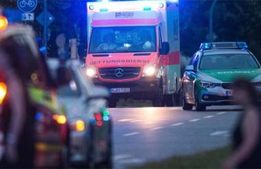 Una ambulancia se encuentra cerca del centro comercial donde se produjo un tiroteo.