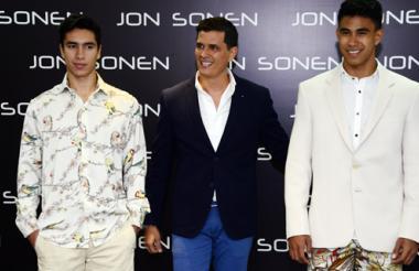 Jon Sonen (centro) posa junto a modelos que lucen 'looks' de la colección 'Macondo'.