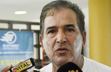Pinto atendiendo a los medios de comunicación.