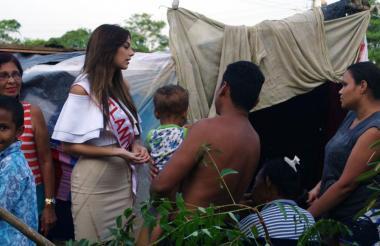 'Tica' Martínez, señorita Atlántico conversa con algunos de los damnificados, en Sabanalarga.