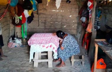 Mujer wayuu llora sobre el ataúd de uno de los menores fallecidos el fin de semana.