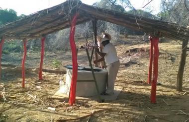 Un wayuu observa el pozo artesanal que será entregado hoy por el embajador checo.