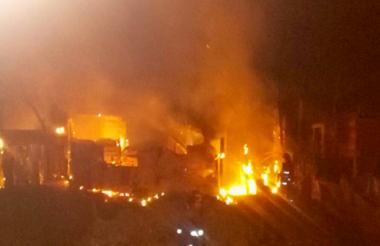 Las llamas se propagaron con gran rapidez y consumieron dos casas.