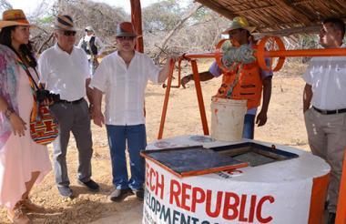 El embajador de la República Checa en Colombia, Milos Sklenka, entregando los pozos en Manaure.