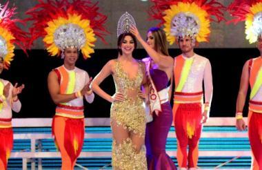 Momento en el que María Camila Soleibe le coloca la corona a 'Tica' Martínez.