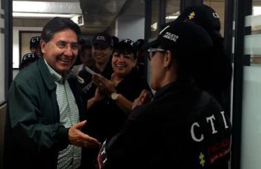 El fiscal general Néstor Humberto Martínez saluda a funcionarios de la seccional de La Guajira.