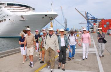 Turistas salen a recorrer la histórica capital.