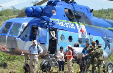 Los integrantes de la comisión bajan de un helicóptero en zona rural de Fonseca.