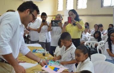 Dagoberto Barraza, secretario de Educación del Departamento, observa los trabajos realizados por los niños.