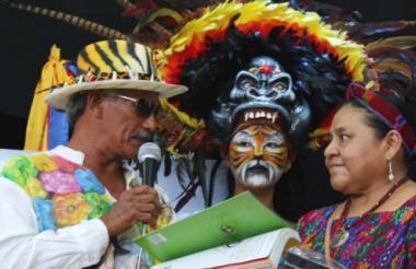 El maestro  José Francisco Llanos  entrega el libro del Carnaval de Barranquilla a Rigoberta Menchú.