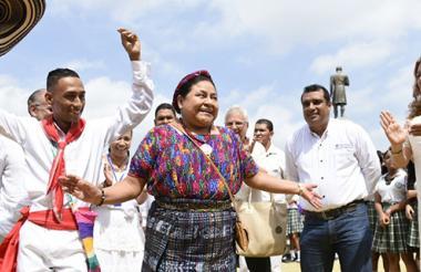 La líder indígena guatemalteca se animó a bailar cumbia cuando llegó a Soledad.