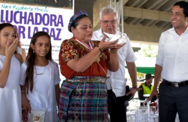Rigoberta Menchú soltó una paloma blanca al finalizar el acto como un símbolo de paz para Colombia.