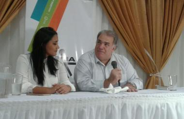Jackeline Rojas y Jaime Espinosa representante del Consorcio FTP durante la firma del convenio que busca generar empleo y formación del turismo.